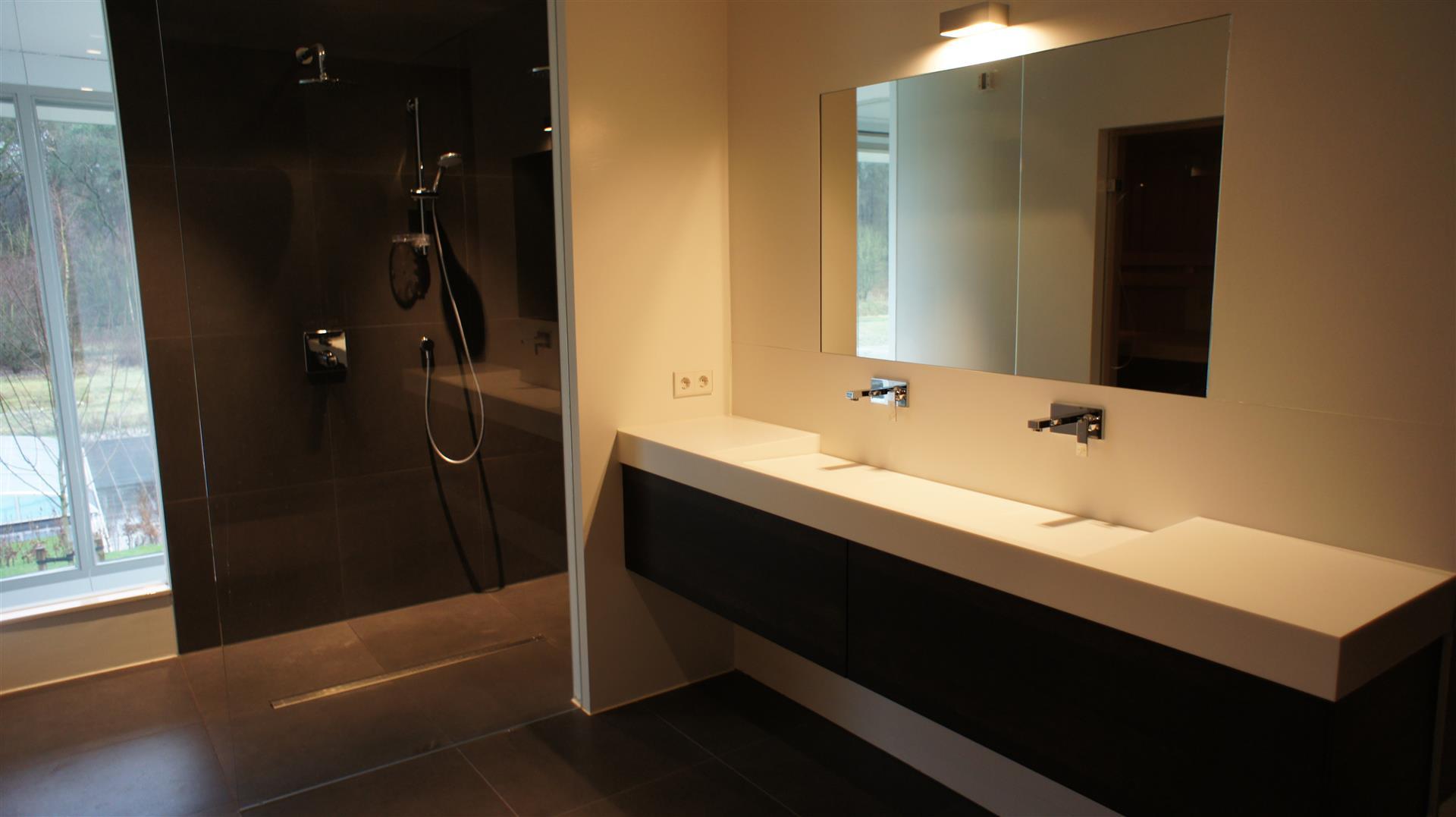 Tegels en houten vloer overgang strak zonder profiel - Houten vloer hal bad ...
