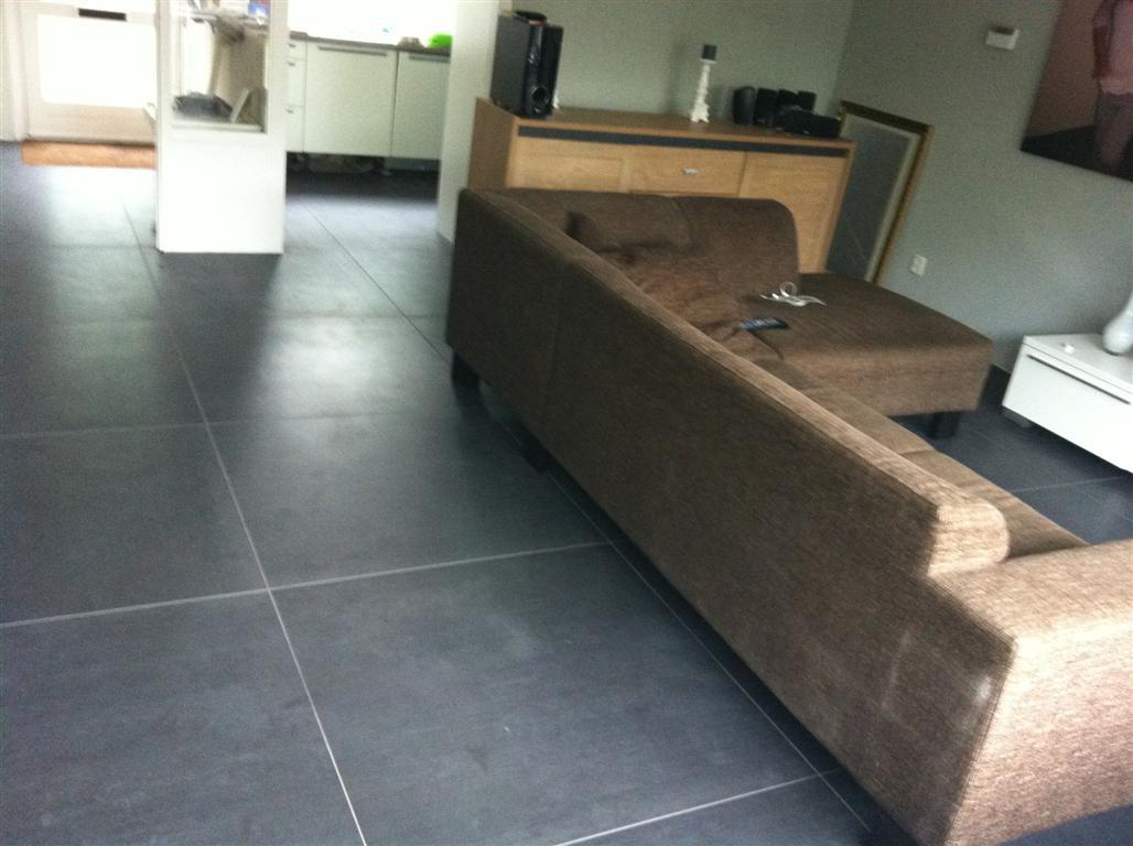 Zwarte vloertegels woonkamer tegels badkamer inspiratie voorbeelden badkamertegels - Badkamer imitatie vloertegels ...