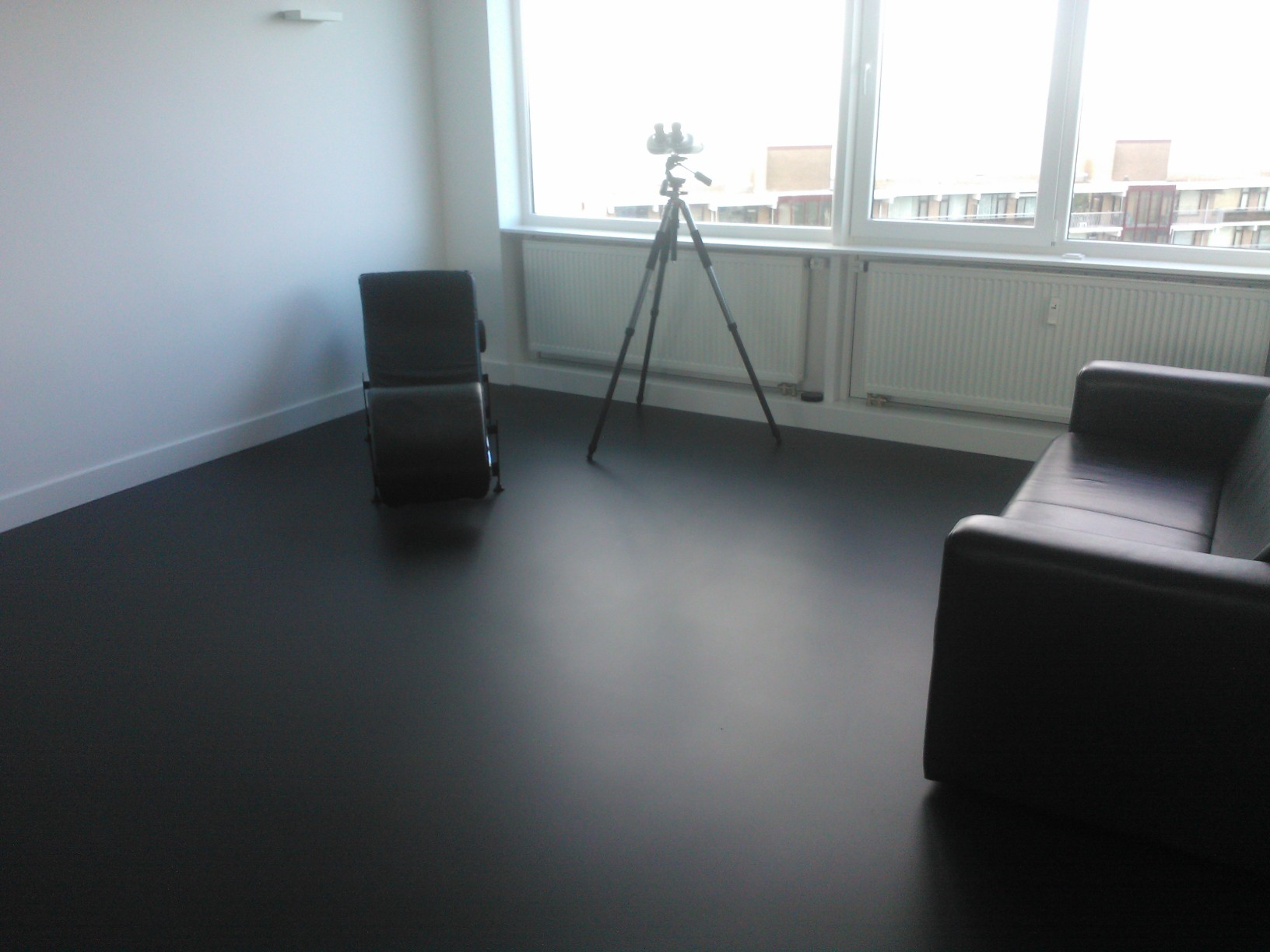 Vinyl vloer zwart: gietvloer strakke vloer in woonkamer en badkamer